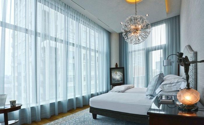 Крутое решение преобразить спальню с помощью ненавязчивых и крутых шторок.