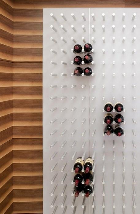Белая доска для хранения вина станет практично удобной и интересным элементом в интерьере.