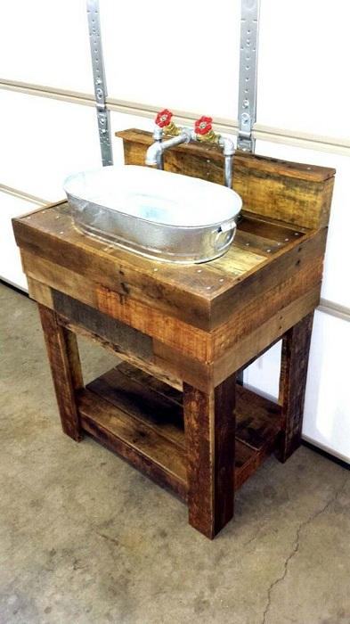 Прекрасное решение для создания раковины из поддона и цинкового ведра.