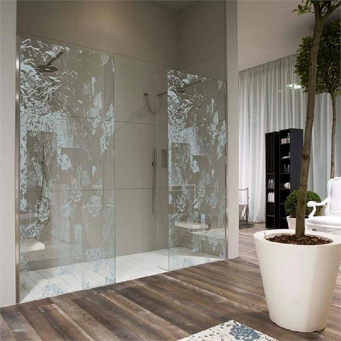 Хороший вариант оформления душевой при помощи прозрачных стекл - что выглядит просто и стильно одновременно.