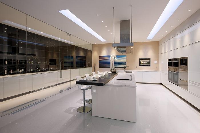 Отличная современная кухня с прекрасным освещением и светлой атмосферой.