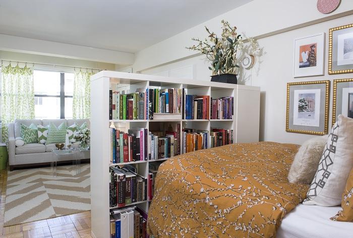 Вдало зонувати простір можливо за допомогою ось такого цікавого книжкового стелажа.