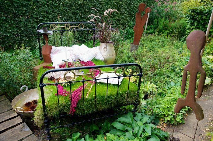 Прекрасный вариант оформления кровати - зеленой полянки отлично подойдет для любого сада и огорода.