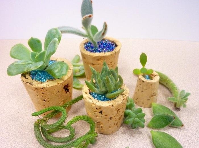 Отличный вариант создать мини-кашпо и украсить его яркими синими бусинами, что может быть еще прекрасней.