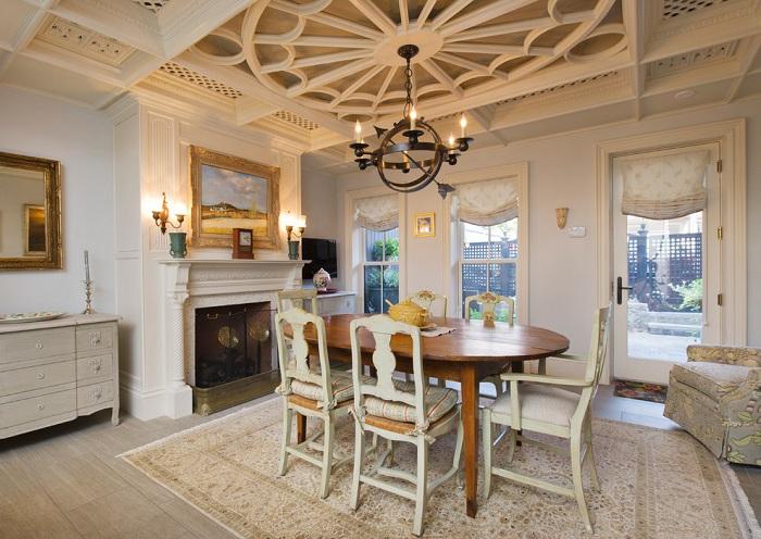 Интересное оформление комнаты в светлых тонах с шикарным потолком в форме белой паутинки.