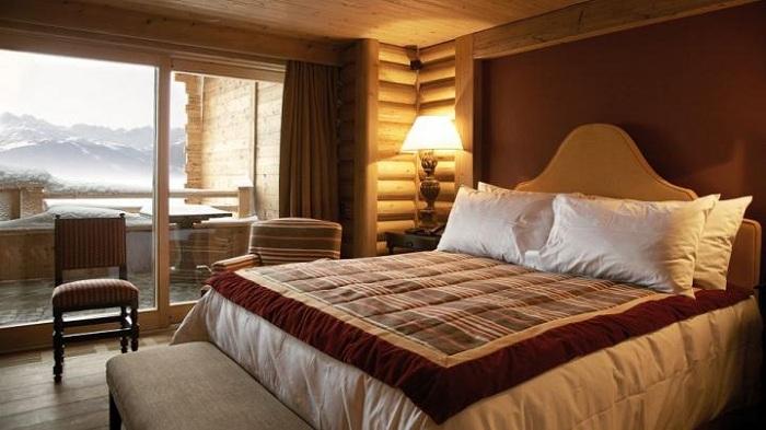 Уютная и комфортная обстановка в спальне с зимним прекрасным видом подарит волшебное настроение.