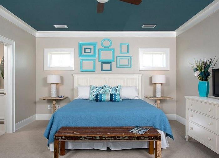 Спальня с голубыми элементами декора, которые подчеркивают достоинства этой комнаты.