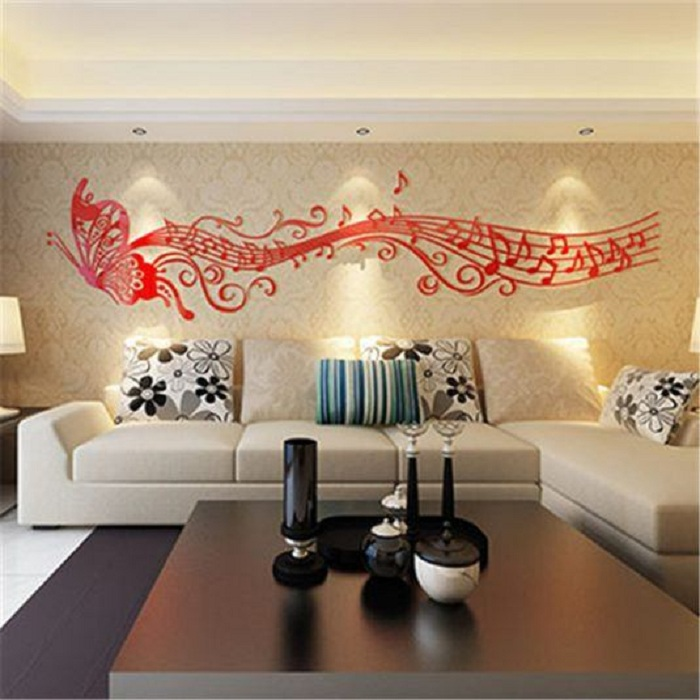 Красивый интерьер комнаты преображен благодаря интересному оформлению стены в виде музыкальной бабочки.
