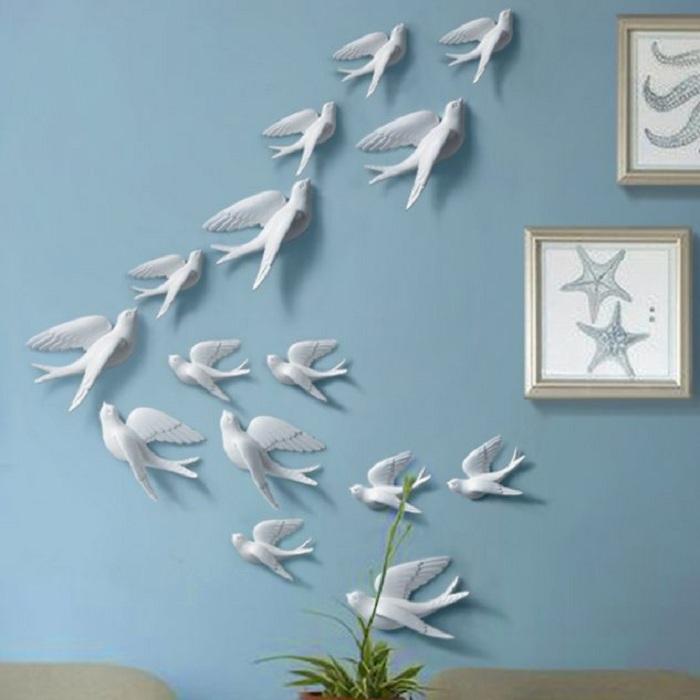 Красивая стена украшена 3D наклейками в виде ласточек, то что понравится и станет прекрасным дополнением к интерьеру.