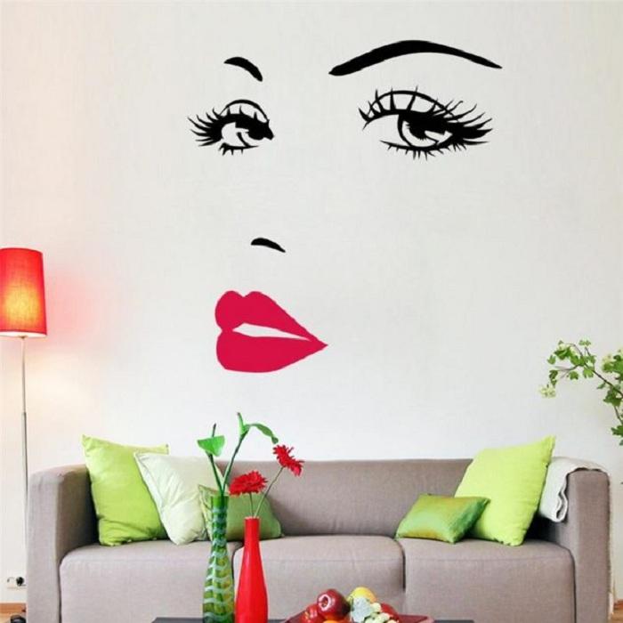 Стена в комнате оформлена красивым изображением, что просто станет отличным вариантом для красивого декора.