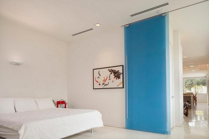 Дом разделен на две части прекрасной стеклянной дверью, которая реально создает особенное настроение.