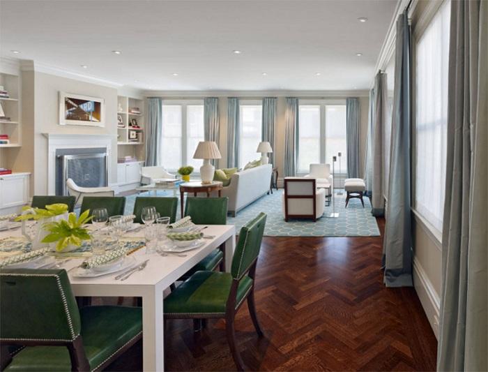 Изюминкой этой обеденной зоны являются зеленые кожаные кресла, которые добавляют шарма атмосфере.