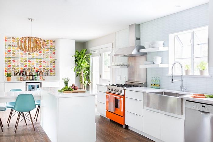Невероятная белая кухня, которая просто сияет из-за такого прекрасного оформления и светлого освещения.