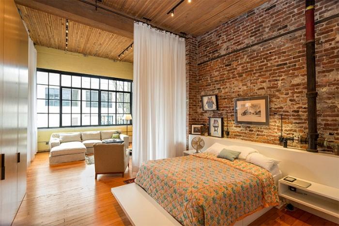 Светлая спальня с теплым освещением, в которой отлично сочетаются стены, потолок и полы.