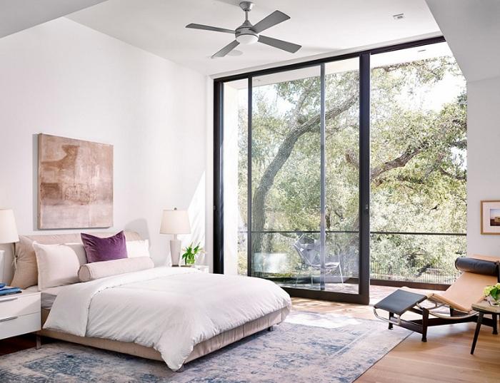 Светлая спальня очень симпатично смотрится из-за белых оттенков, в которых она оформлена.
