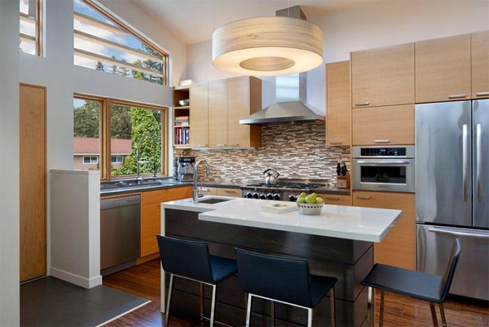Небольшая кухня с комфортно обустроенным пространством, которое очень уютно обустроено.