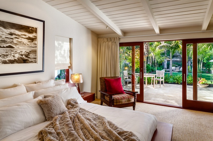 Стеклянные раздвижные двери, которые ведут на интересную веранду, украсят интерьер комнаты для отдыха.
