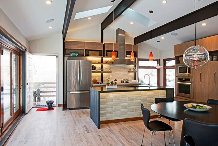 Использование керамической плитке на этой кухне сделало свое дело и украсило её.