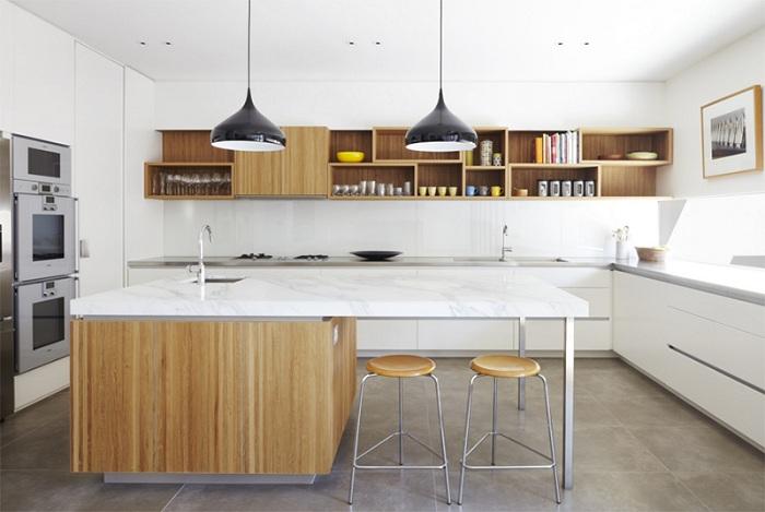 Кухня в светлых тонах с добавлением орехового - это симпатичное и отличное решение для дизайна в стиле модерн.