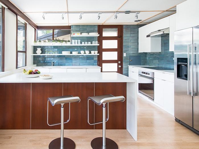 Керамическая плитка, которая имеет вид на океан, подчеркивает особенности дизайна такой интересной кухни.
