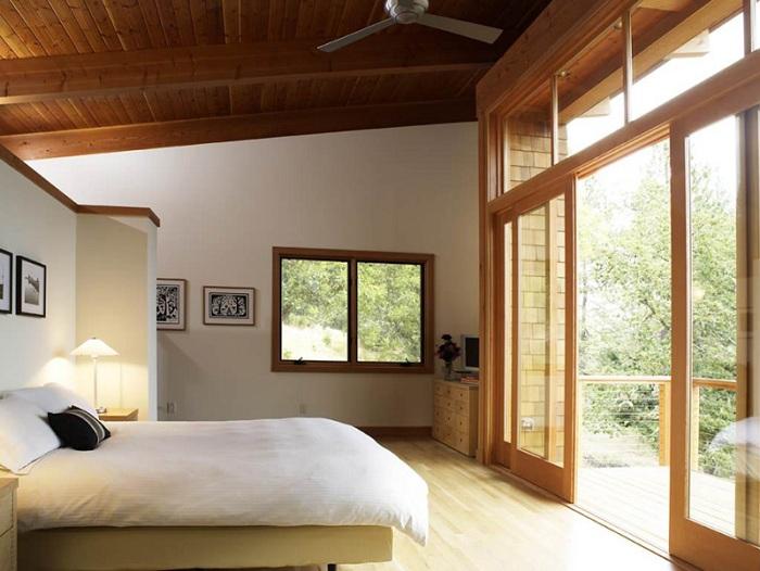 Потрясающая спальня с раздвижными деревянными дверьми, станет просто самым лучшим открытием для оформления такого типа комнаты.