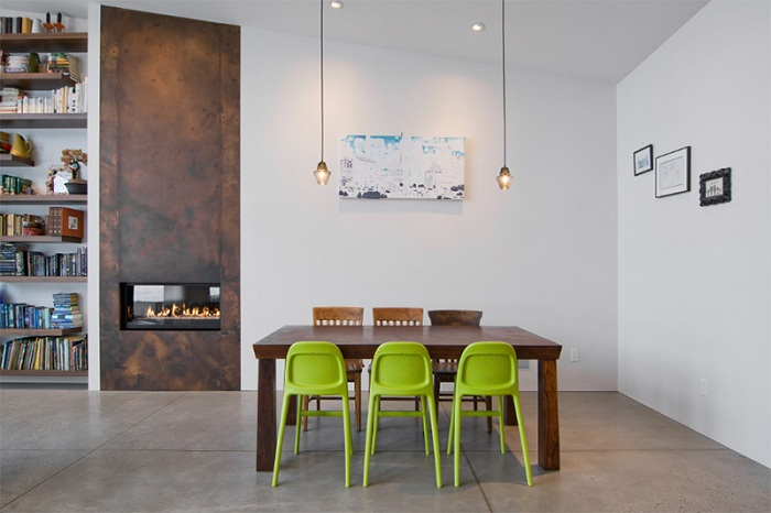 Прекрасное сочетание зеленых стульев с деревянными при оформлении обеденной зоны.