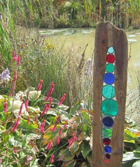 Прекрасное украшение для сада, выполнено из дерева и цветного стекла. Станет отличным дополнением для общей обстановки.