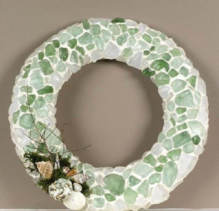 Симпатичный веночек, который декорирован стеклянной мозаикой - простой, но очень оригинальный.