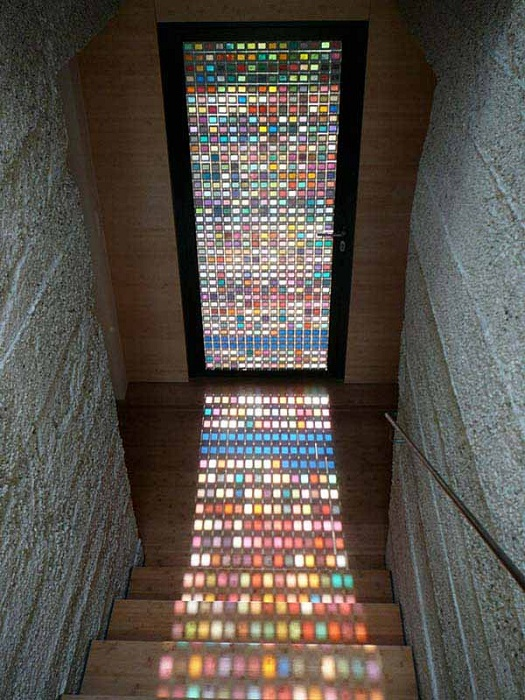 Интересное оформление двери со стеклянным витражом, отличный вариант украшения интерьера любой комнаты.