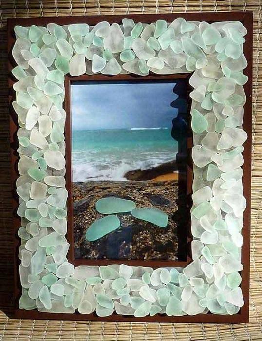 Рамка декорирована цветным стеклом, подойдет для того чтобы украсить любой уголок комнаты.