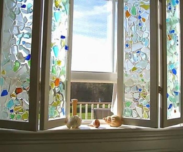 Прекрасное окно с витражом, станет отличным элементом при оформлении интерьера любой комнаты.
