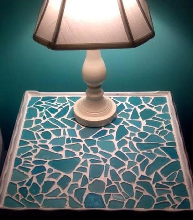 Старый стол декорирован цветным стеклом, что дало ему право на новую жизнь.