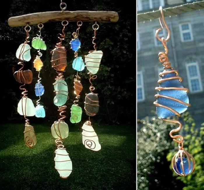Прекрасное украшение, из проволоки, цветного стекла и дерева, которое еще называют - улавливатель солнца.