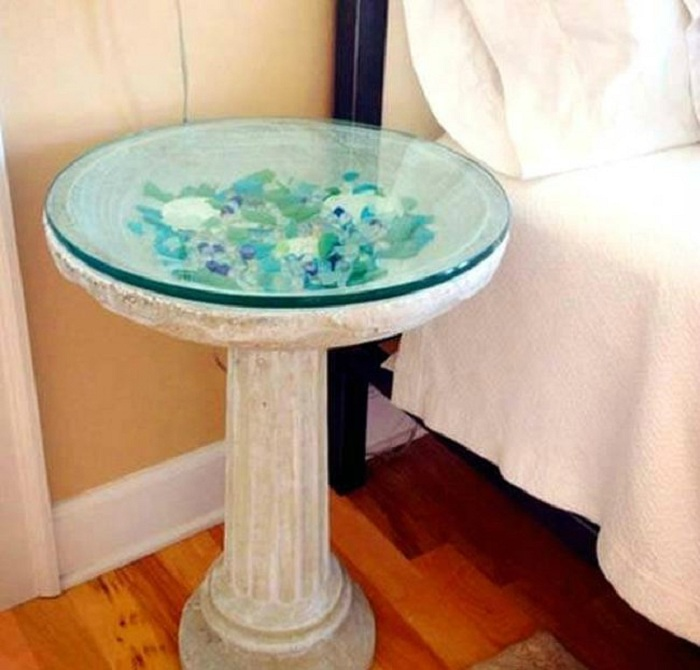 Красивый декоративный столик оформлен цветным стеклом, выглядит очень нестандартно и завораживающе.