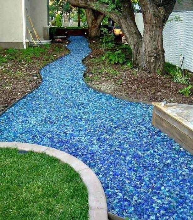 Симпатичная река из цветного стекла украсит любой двор и сделает его еще более ярким.