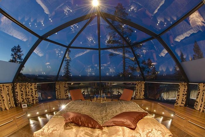 Потрясающая крыша дома со стекла позволяет погрузиться в чудесную атмосферу отдыха.