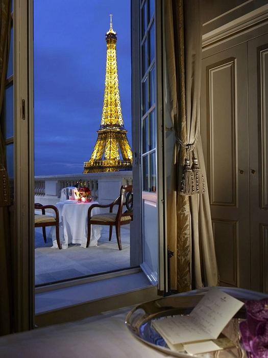 Город влюбленных, Эйфелева башня за окном номера во Франции, что может быть еще более романтичным.