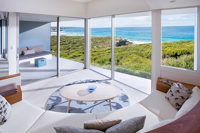 Берег океана за окном, приятная теплая атмосфера, что еще нужно для счастья.