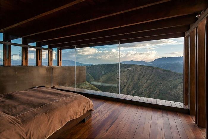 Прекрасная обстановка в номере в Эквадоре с шикарным видом из окна, уютная домашняя обстановка.