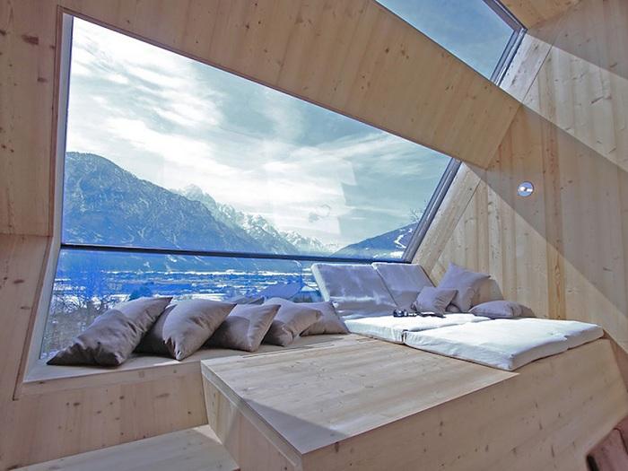 Австрию относят к Альпийскому туристскому району Западноевропейской зоны Европейского региона, так как большую часть территории страны покрывают Альпы которые видны из номера.