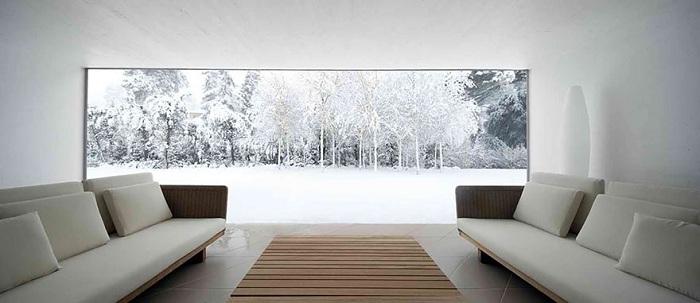 Прекрасная зимняя испанская природа видна из окна номера.