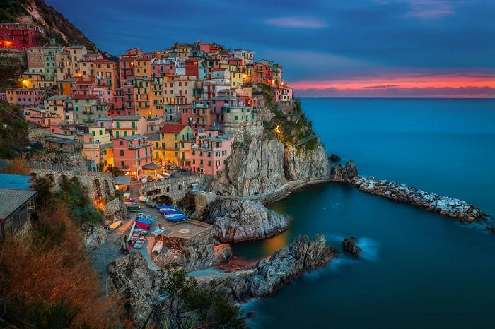 Цветной город на скале Манарола — небольшой рыбацкий городок в Лигурии, что на севере Италии.