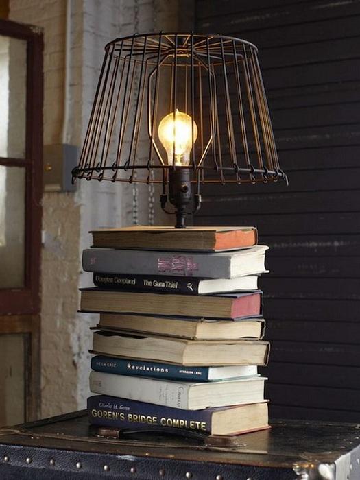 Создание прекрасной и интересной настольной лампы при помощи фолиантов.
