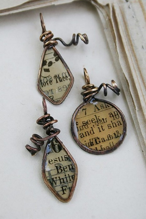 Симпатичные украшения своими руками возможно создать при помощи страниц книг.
