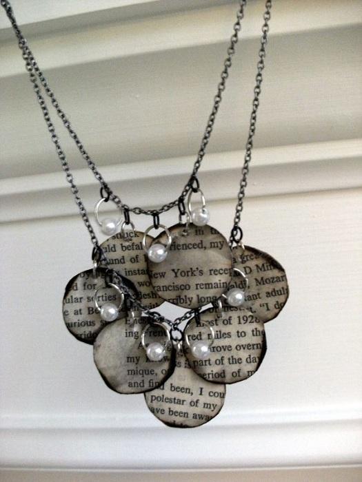 Хрупкое и аккуратное ожерелье, которое создано благодаря книжным страницам.