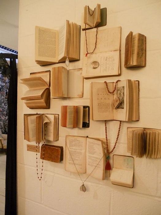 Отличный вариант декорировать стену в комнате старинными книгами, что создаст интересную атмосферу в комнате.