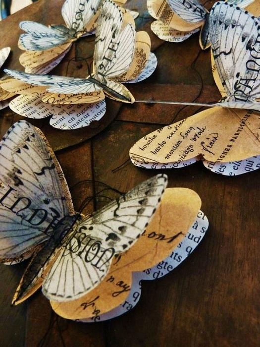 Милый вариант создать изящных бабочек из бумаги взятой из старинных книг.