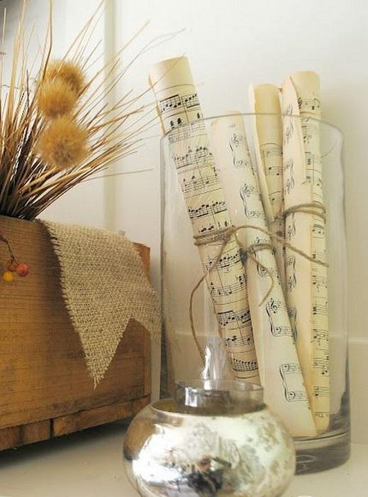 Интересные свертки в вазе украсят любой интерьер комнаты.