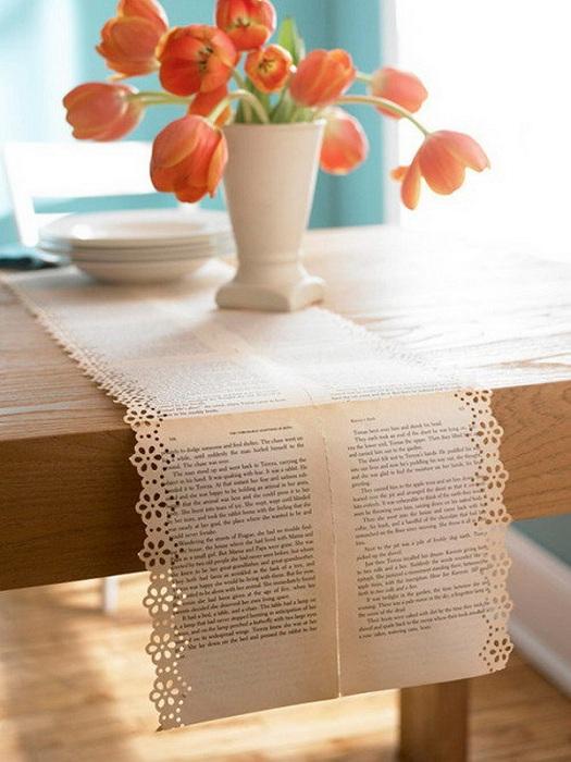 Нестандартная скатерть на стол создана из страниц книг.