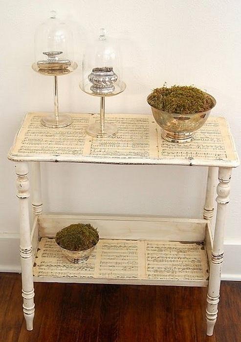 Нотные листки отлично оформят общий вид стола в любой комнате.